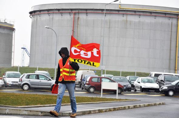 http://www.aid97400.lautre.net/IMG/jpg/RaffinerieTotalDongesGreveLevee20100224.jpg